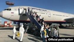14-июнда Москва-Бишкек авиакаттамы менен Бишкекке келген жарандар.