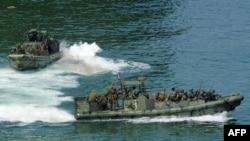 گفته می شود که ملوانان آمریکایی سوار قایق های گشتی از نوع ریوراین بوده اند. (عکس آرشیو)