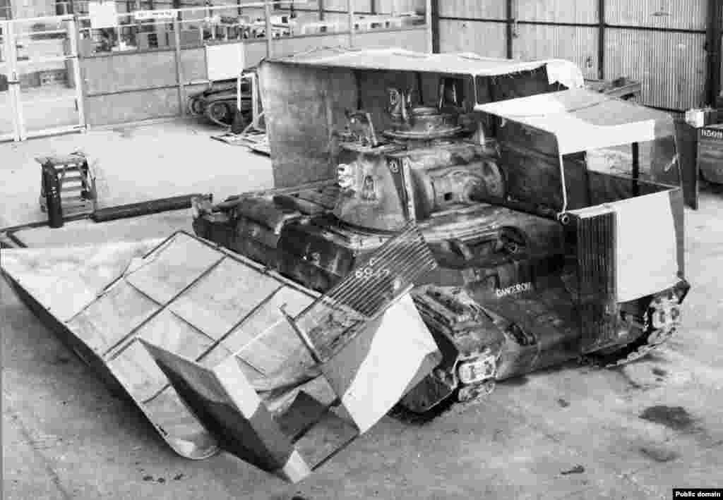 Готовясь ко второму сражению при Эль-Аламейне, британское командование закамуфлировало танки под грузовики...