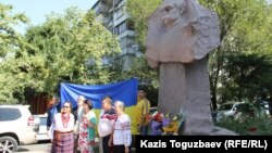 Участники возложения цветов к памятнику Тарасу Шевченко под государственным флагом Украины. Алматы, 24 августа 2016 года.