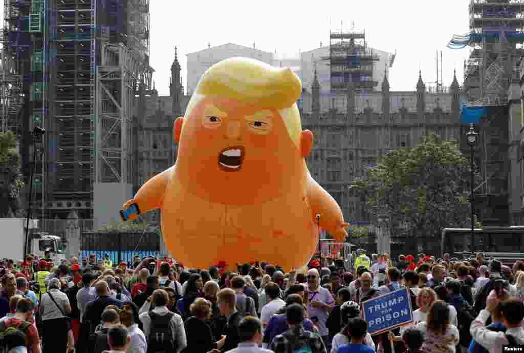 ВЕЛИКА БРИТАНИЈА - Неколку десетици илјади лондончани излегоа на протести против посетата на американскиот претседател на Лондон. Нивниот протест, изјавија организаторите, е резултат на револтот од политиката на Доналд Трамп за имиграцијата, расните односи, правата на жените и климатските промени, но и односот со рускиот претседател Владимир Путин објавија британските медиуми.