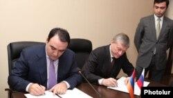 Артур Багдасарян (слева) и Николай Бордюжа подписывают «План сотрудничества Армения-ОДКБ», Ереван, 25 ноября 2011 г.