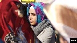 Жас мұсылмандардың демонстрациясына қатысушы қыз. Стамбул, 2 ақпан 2008 жыл