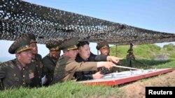 Перший голова Державного комітету оборони, головнокомандувач Корейської народної армії Кім Джон Ин вказує прикордонникам напрям удару, 3 червня 2013 року, фото агентства ЦТАК