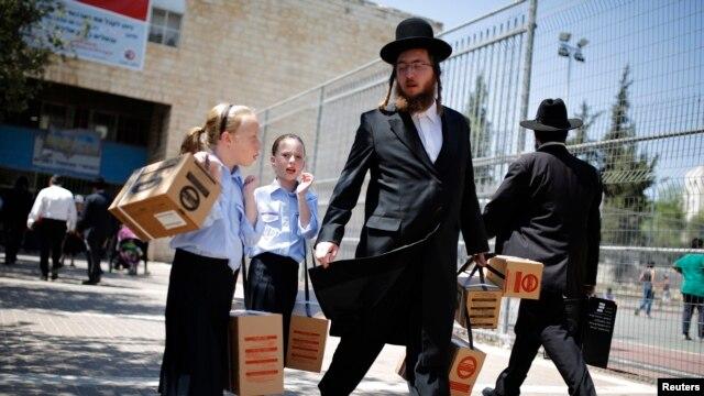 توزیع ماسک ضد گاز شیمیایی در اسرائیل ادامه دارد و مردم در شهرهای مختلف و در صفهای طولانی در انتظار دریافت این تجهیزات هستند.