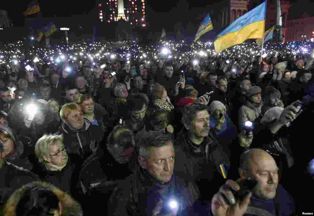 21 лютого. Люди прощаються із загиблими, внаслідок розстрілу 20 лютого. Загиблих учасників акцій протесту починають називати Небесноюсотнею