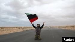 Ras Lanuf şəhərində müxalifət fəallarından biri, 8 mart 2011