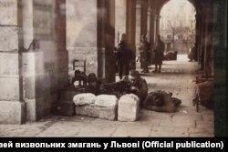 Українські воїни біля входу у Ратушу, Львів, листопад 1918 року