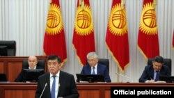 Премьер-министр Кыргызстана Сооронбай Жээнбеков выступает в парламенте.
