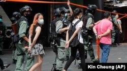 Полиция демонстранттарды кармап кетүүдө. 1-июль, 2020-жыл.