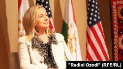 هیلاری کلینتون در زمان سفر به دوشنبه در تاجیکستان