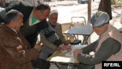 بسياری از تحليلگران معتقدند شرايط به وجود آمده در عراق طی ۴ سال اخير، به گونه ای است که حال نمی توان همه مشکلات امنيتی را با خروج و يا افزايش نيروهای آمريکايی در اين کشور حل کرد.