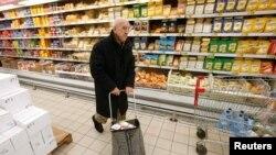 Мужчина в супермаркете в Москве. Иллюстративное фото.