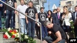 Акция памяти жертв крушения MH17 у посольства Нидерландов в Украине. Киев, 17 июля 2015 года.