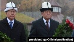 Экс-президент Кыргызстана Алмазбек Атамбаев, находящийся сейчас за решеткой (слева) и экс-президент Сооронбай Жээнбеков в ноябре 2017 года.