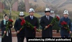 Қырғызстанның қазір түрмеде отырған бұрынғы президенті Алмазбек Атамбаев (сол жақта) және экс-президентке үш күн айналған Сооронбай Жээнбеков. Қараша 2017 жыл.