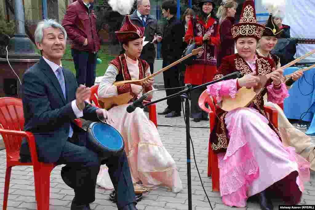 На фестивале «Праздник юрты» играет казахский оркестр. Алматы, 4 апреля 2015 года.
