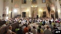 Муслимански верници во џамија.