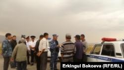 Акция протеста жителей села Эмгекчил против разработки месторождения Солтон-Сары китайцами. Нарынская область, 27 августа 2011 года.