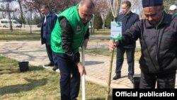 Хоким Ташкента Джахонгир Артыкходжаев участвует в посадке деревьев.