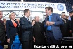 У ведомства Марины Патяшиной к воде, которую провёл в село Фонд газификации Джаудата Миннахметова (с микрофоном), нашлись серьёзные претензии
