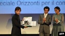گلیشیفته فراهانی (راست) و شهرام مکری (چپ) به هنگام اعطای جایزه افقها به مکری