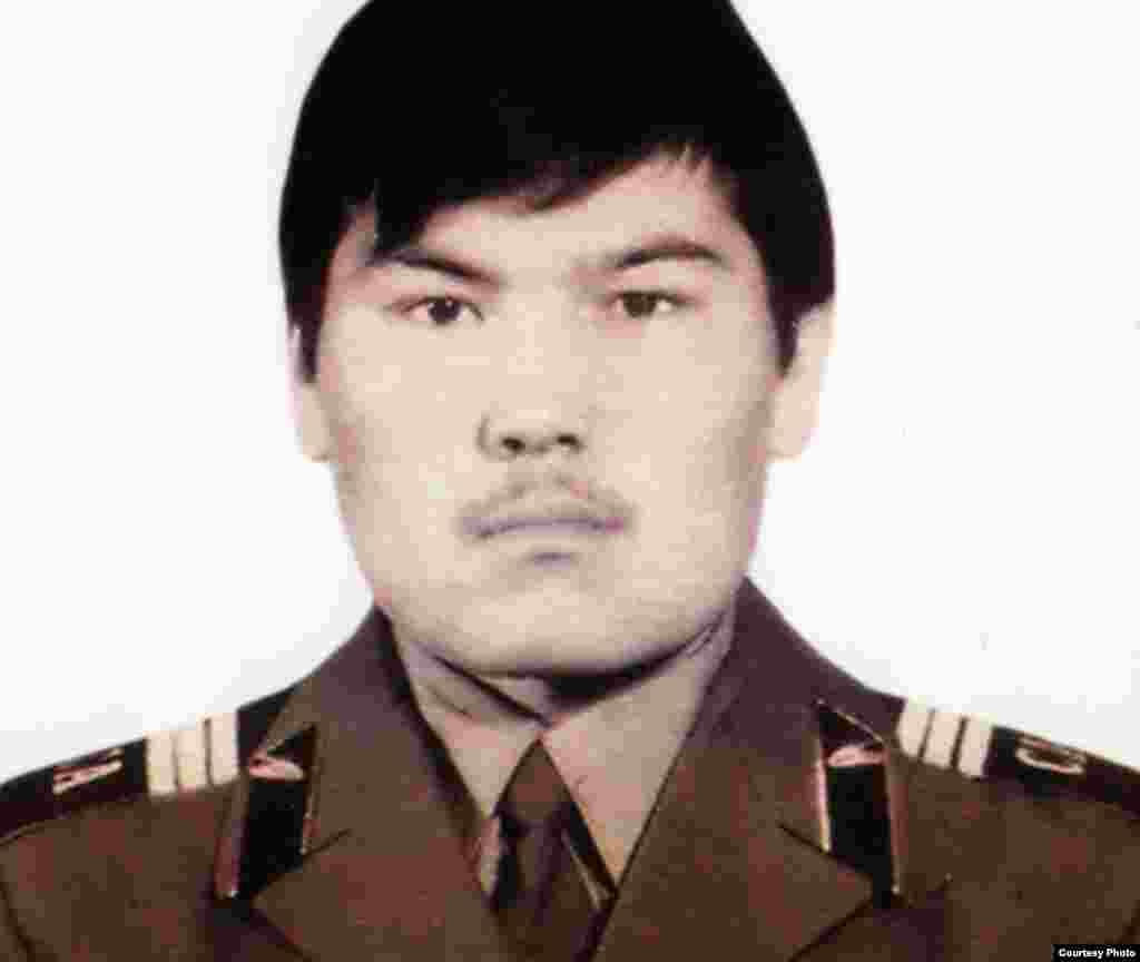 Қайрат Рысқұлбековтің совет армиясы қатарында міндетті әскери қызметін атқарып жүрген кезде түскен суреті.