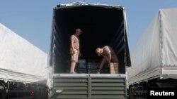 Orsýetiň Ukraina ynsanperwer kömegini alyp barýan ulaglaryň ýüki barlanýar, Orsýetiň Rostow regiony, 15-nji awgust, 2014.