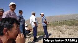 Местные жители собрались возле водохранилища Керкидан на границе Кыргызстана и Узбекистана.