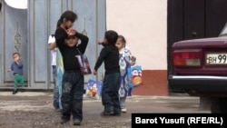 Таджикские дети получают подарки в честь наступления праздника Ид аль-Фитр.