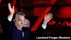 Віктор Орбан вітає своїх прихильників пілся оголошення попередніх результатів парламентських виборів, Будапешт, 8 квітня 2018