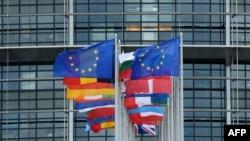 Флаги входящих в ЕС государств перед зданием Европарламента в Страсбурге