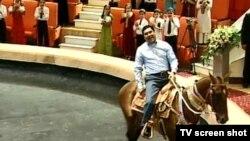 Президент Туркменистана Гурбангулы Бердымухамедов катается на лошади в здании нового цирка в Ашгабате.