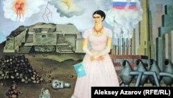 """Картина казахстанского художника Куаныша Базаргали """"Фарида Камалова. Автопортрет"""". Написана на основе картины мексиканской художницы Фриды Кало """"Автопортрет на границе между Мексикой и США""""."""