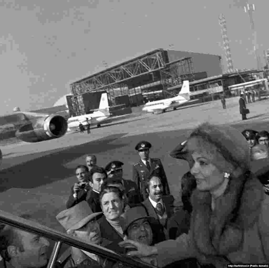 شهبانو فرح پهلوی به هنگام سوار شدن به هواپیما در ۲۶ دی ۵۷ در زمان خروج از ایران