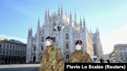Vojnici nose maske ispred katedrale u Milanu, 24. februar