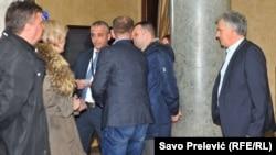Poslanici opozicionog DF-a su, nakon što je Skupština ukinula imunitet Andriji Mandiću i Milanu Kneževiću, ušli u zgradu Parlamenta