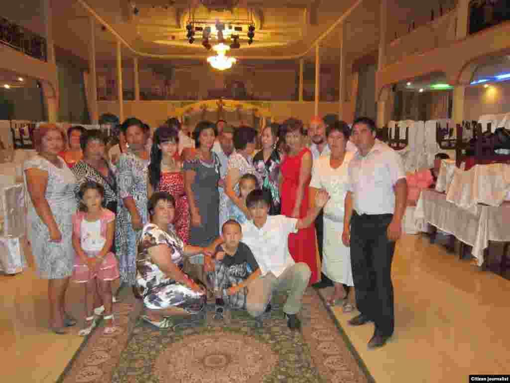 Совместное фото после свадебного банкета. Прислала Нургуль Нышанова.