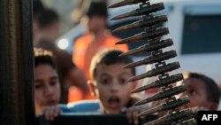 Палестинский ребенок в секторе Газа на параде радикальных исламистов
