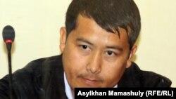 Женисбек Темиров, бывший начальник изолятора Жанаозена, на скамье подсудимых. Актау, 25 апреля 2012 года.