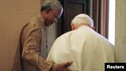 Люди епохи, що минає: президент Південної Африки Нельсон Мандела (ліворуч) разом із папою Римським Іваном Павлом ІІ, Ватикан, 18 червня 1998 року (архівне фото)