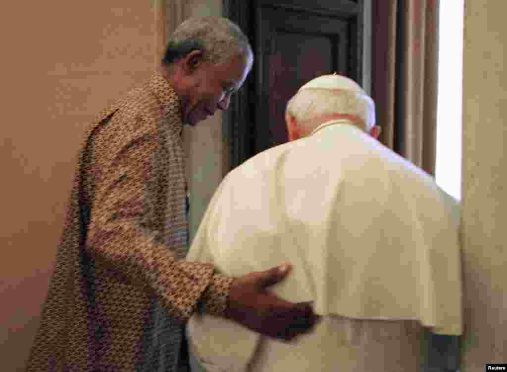 Нельсон Мандела и Папа Римский Иоанн Павел Второй в Ватикане в 1998 году.