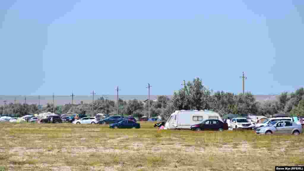 Стоянка автомобілів неподалік від наметового табору