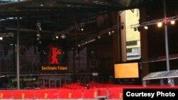 Кинозвезды разбежались, и красная дорожка перед фестивальным дворцом пуста
