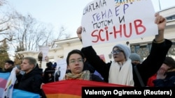 Demonstrantlar Kiýewde geçirilen transgender ýörişine gatnaşýarlar, 18-nji noýabr, 2018 ý.