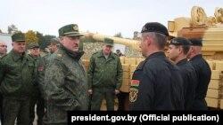 Аляксандар Лукашэнка падчас наведваньня навучальнага палігона ў Івацэвіцкім раёне, 2018 год