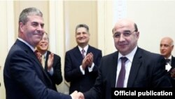 Armenia - Energy Minister Armen Movsisian (R) and Garry Levesley, vice-president of the U.S. company ContourGlobal, sign an agreement on the sale of the Vorotan Hydro Cascad, Yerevan, 29Jan2014.