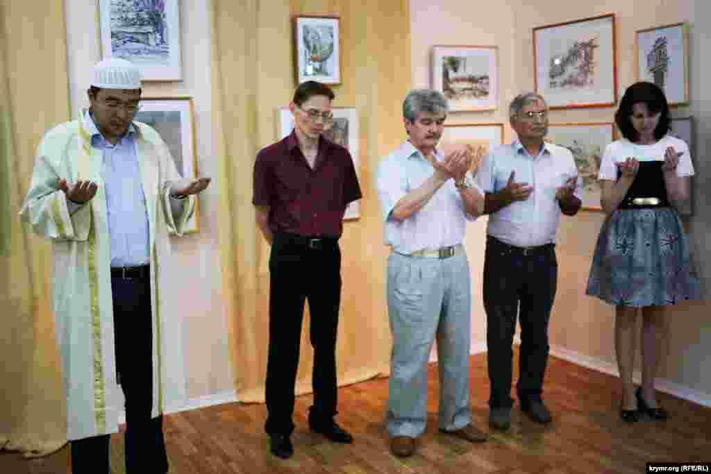 Перед открытием выставки прочитали Дуа (молитву), почтив память художника, творческий путь которого начался в Крыму, куда он вернулся в 1975 году из депортации