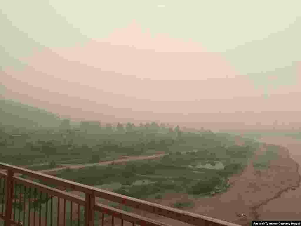 Дымка от пожаров в городе Усть-Кут – дым заволок многие города Сибири