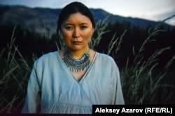 Қарасай батырдың анасы Күмістің рөлін сомдаған актриса Самал Еслямова.